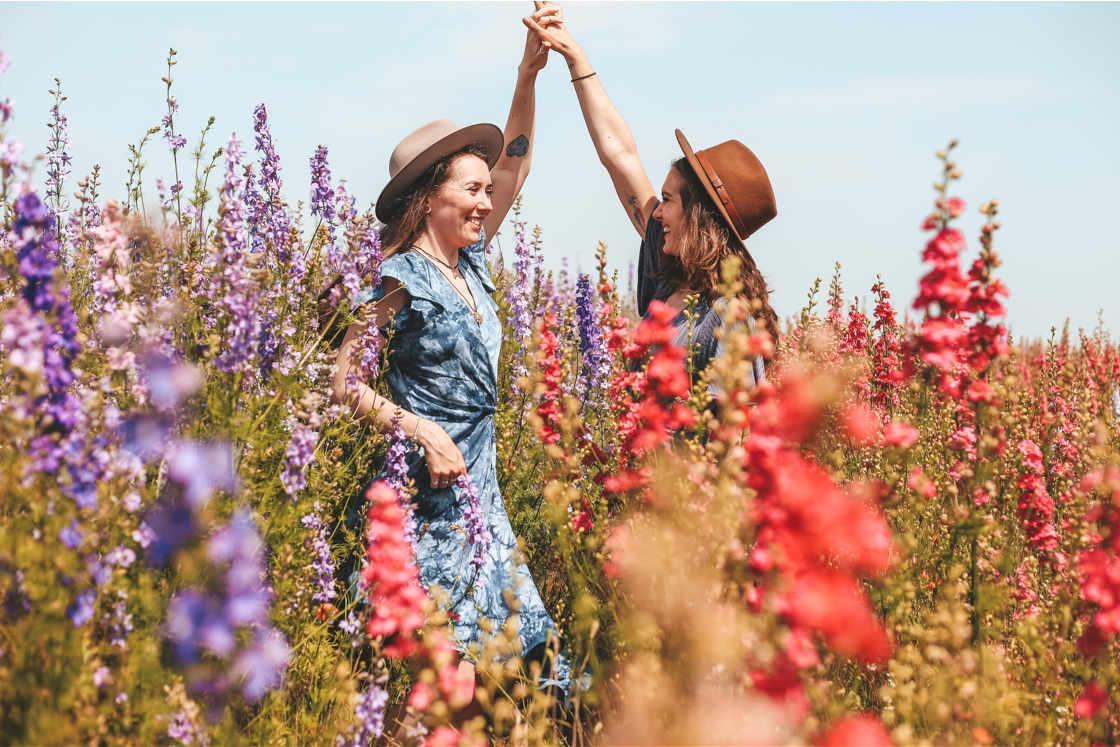 Zwei Frauen auf einer Blumenwiese
